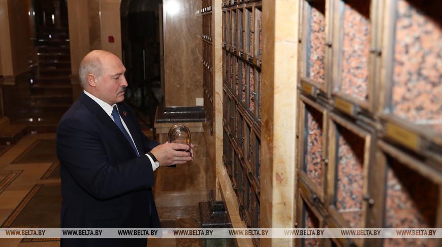 Лукашенко принял участие в церемонии закладки капсул с землей из мест воинской славы в Минске
