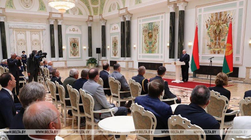 «Глядя на вас, испытываю гордость и самую глубокую признательность» — Лукашенко вручил госнаграды