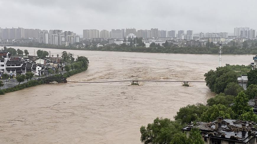 Наводнением снесло старинный мост на востоке Китая
