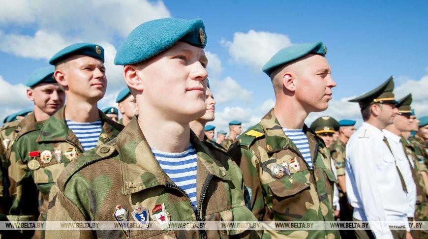 Лукашенко: День десантника символизирует единство и доблесть воинов в голубых беретах