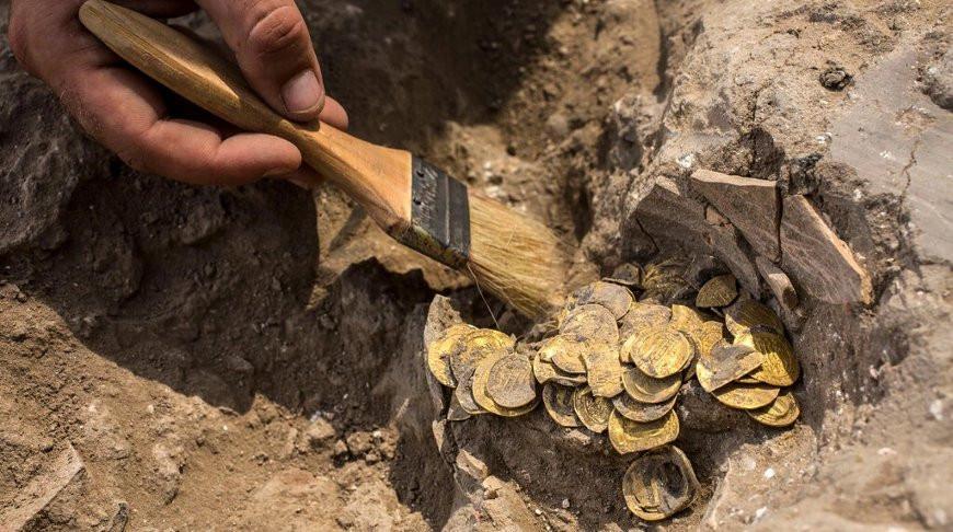 Парни нашли клад с сотнями золотых монет во время раскопок