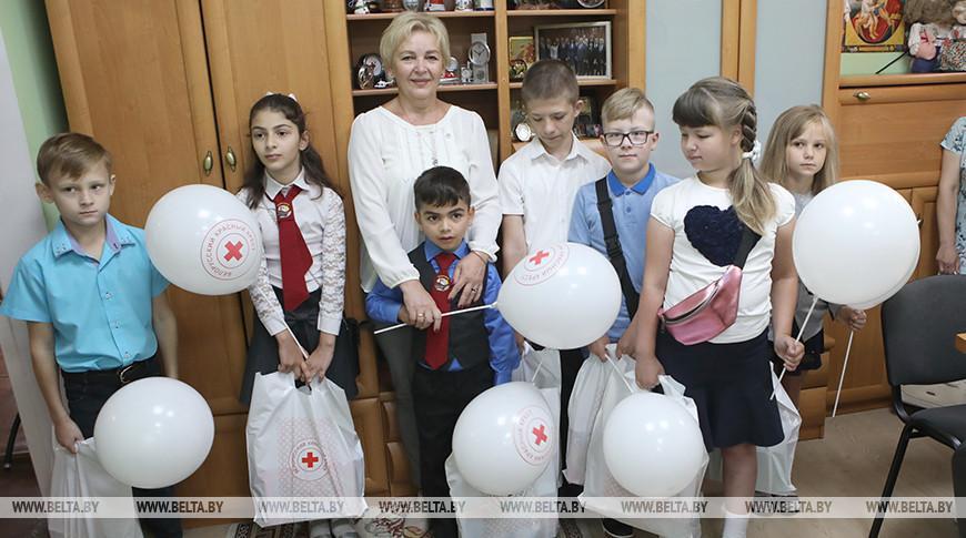 В Гомеле дети беженцев получили школьные принадлежности от БОКК