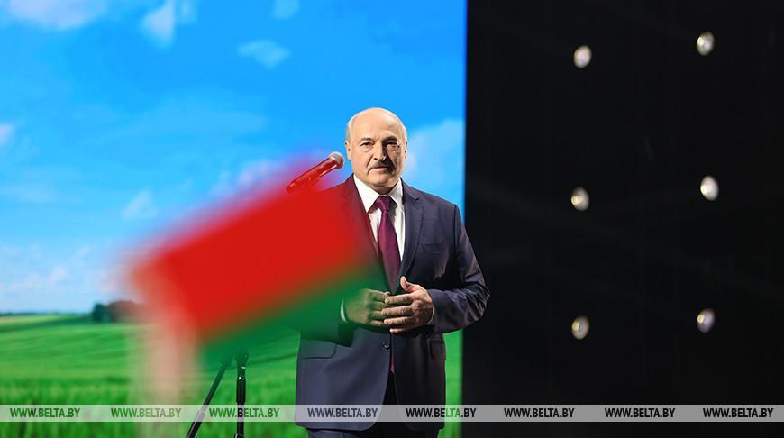 Александр Лукашенко неожиданно приехал на женский форум «За Беларусь»