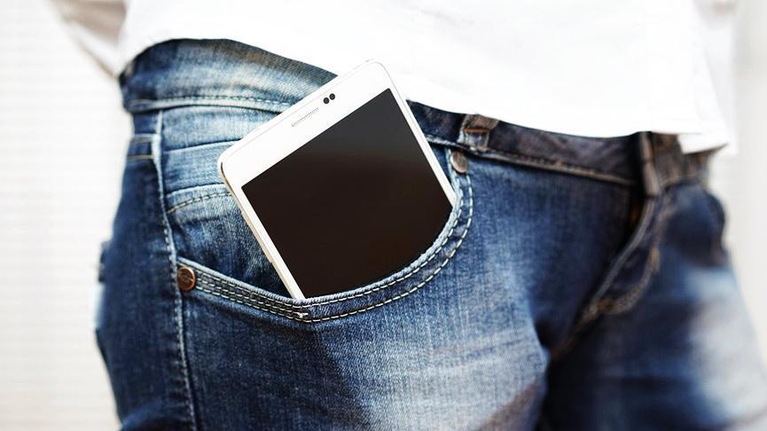Почему не стоит носить смартфон в кармане? Рассказывает эксперт