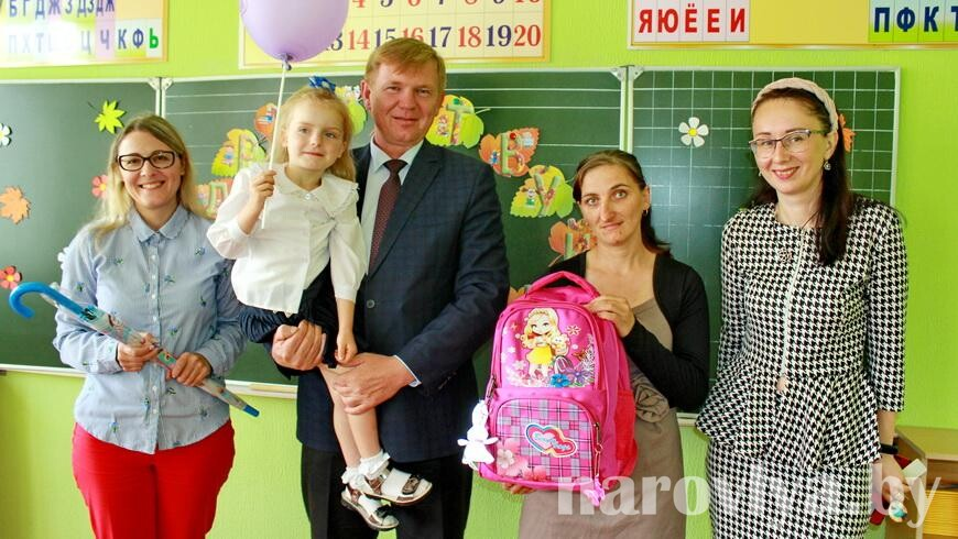 Председатель райисполкома вручил первокласснице портфель