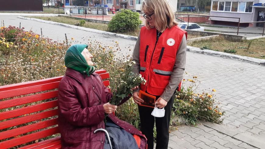 В Наровле волонтеры Красного Креста поздравили людей почтенного возраста
