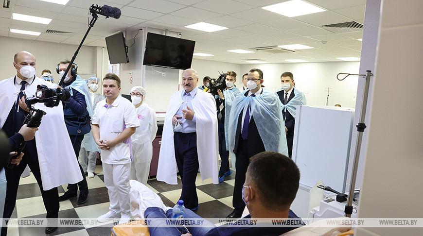 «Врачи делают большое дело» — Лукашенко посетил 6-ю городскую больницу Минска