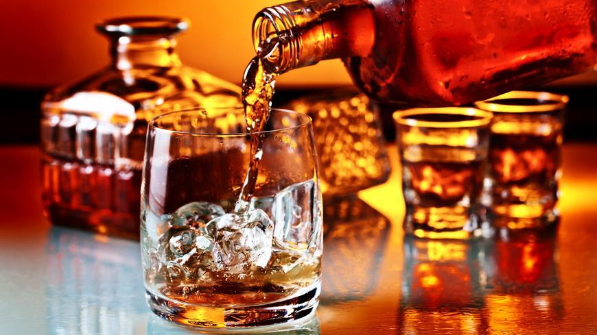 Нарколог объяснил, как влияет употребление алкоголя на коронавирус