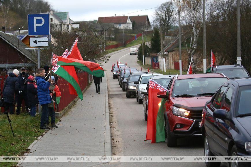 Участники автопробега «За единую Беларусь» посетили Жировичи и посадили аллею фруктовых деревьев