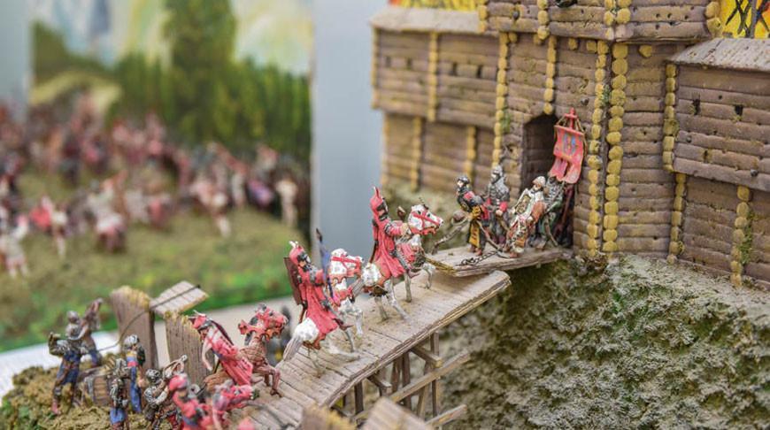 Миниатюрные воины, диорамы, модели парусных кораблей на выставке в Гомеле