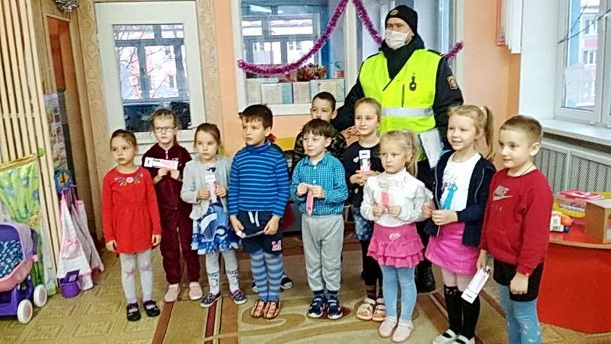 Сотрудники ГАИ заботятся о безопасности детей