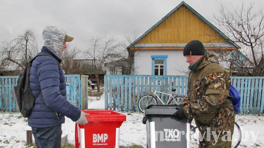 В Наровле раздают пластиковые мусорные контейнеры для частного сектора