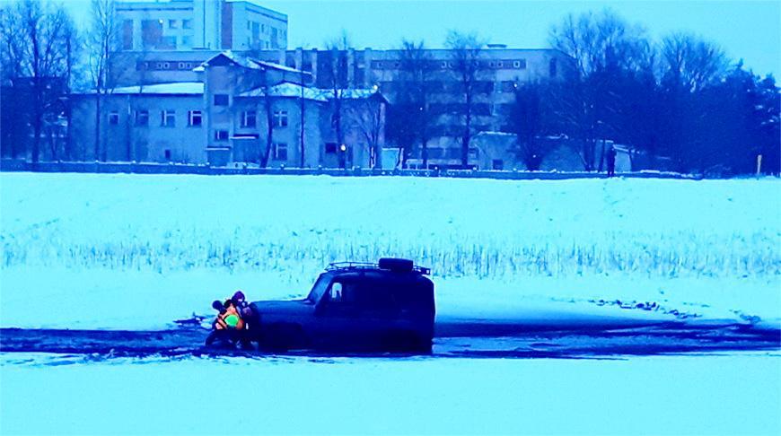 Видео. УАЗ провалился под лед на озере в Калинковичах