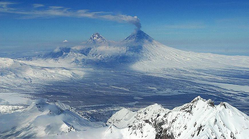 Серию лавин и обвал кромки кратера зафиксировали на извергающемся Ключевском вулкане