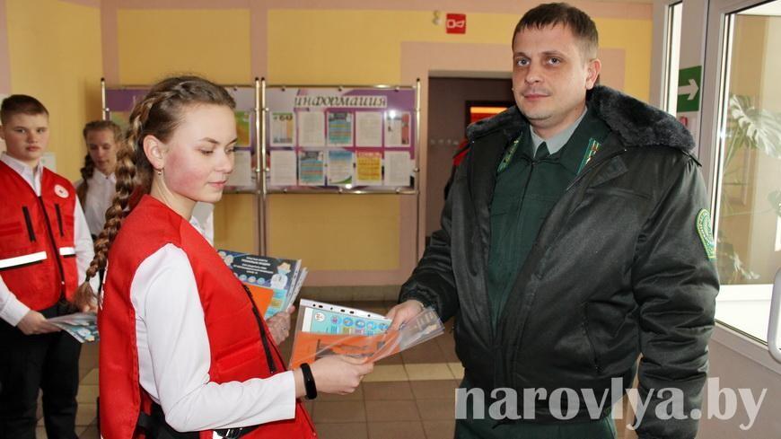 В Наровле волонтеры Красного Креста поздравили мужчин с праздником