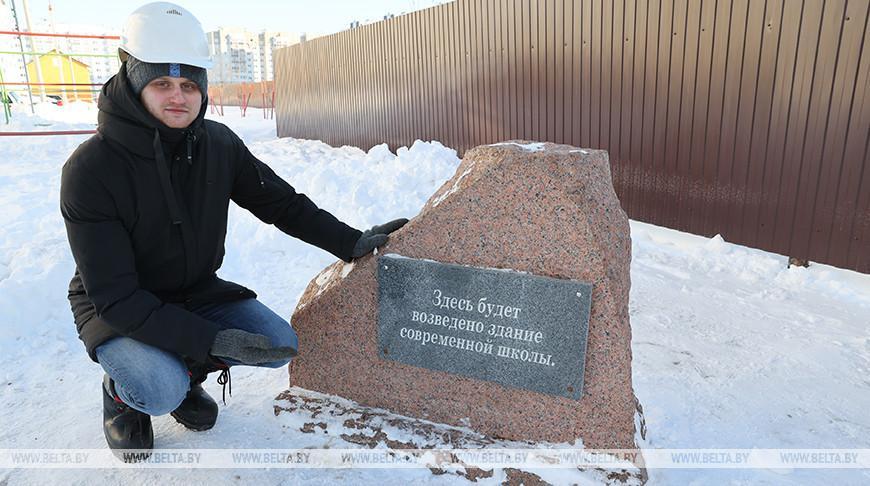 В молодом микрорайоне Гомеля заложили освященные камни в фундамент школы