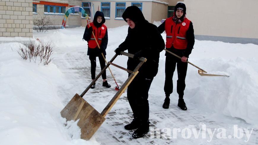 Учащиеся из Наровли поддержали челлендж «Уберем снег вместе!»