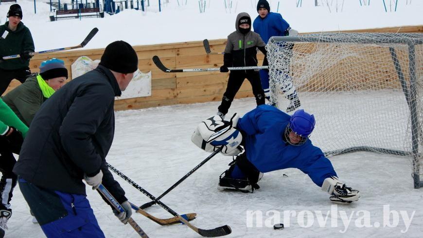 В Наровле прошел массовый мастер-класс по катанию на коньках