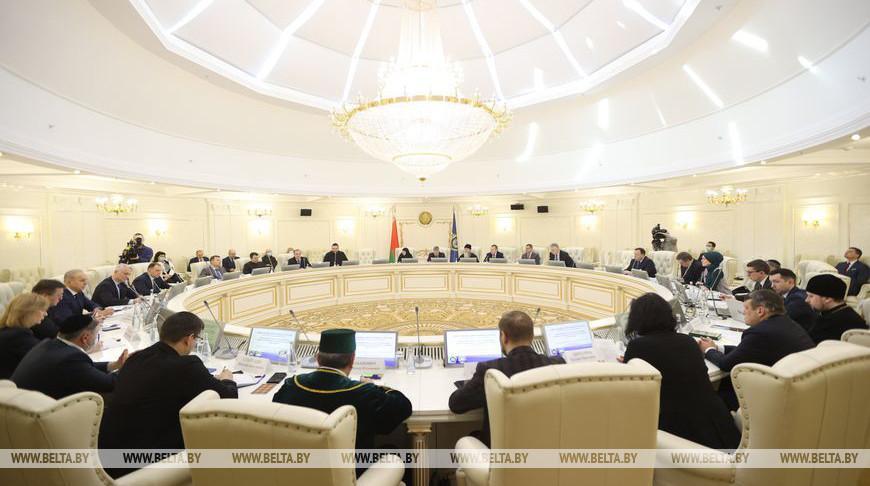 Представителей религиозных конфессий и госорганов объединил круглый стол в Минске