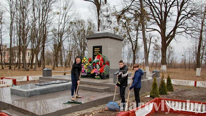 Волонтеры БРСМ наводят порядок у памятника в наровлянском парке