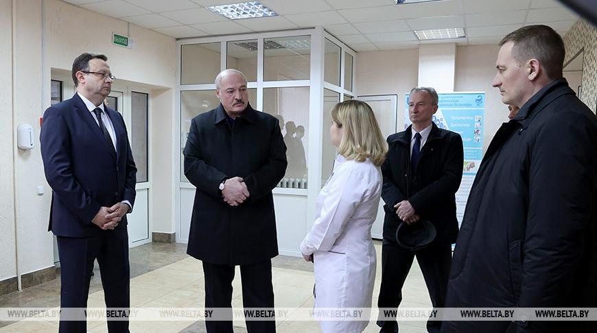Развитие межрегиональных медцентров и белорусская вакцина — Лукашенко посетил больницу в Молодечно