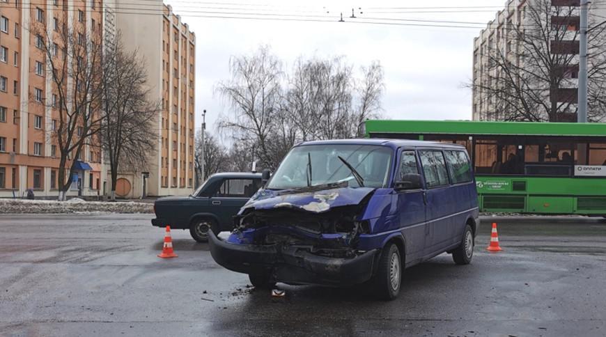 В Гомеле столкнулись трактор и микроавтобус — пострадал годовалый ребенок
