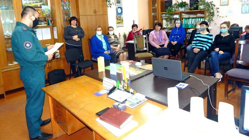 В рамках акции «За безопасность вместе» наровлянские спасатели проводят встречи в трудовых коллективах
