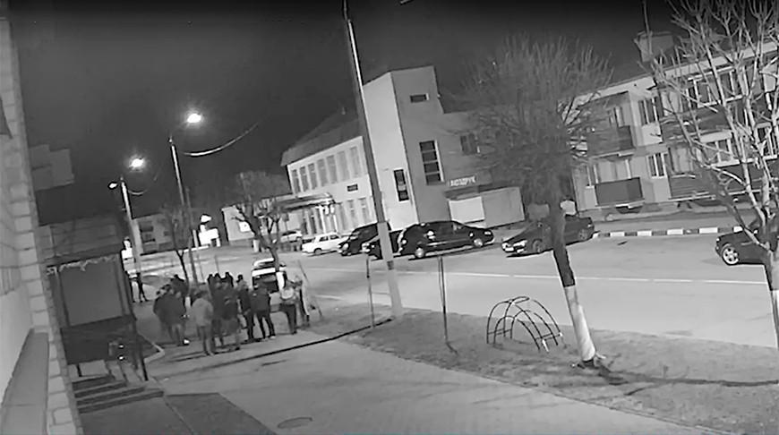 Видео. Легковушка въехала в людей на тротуаре