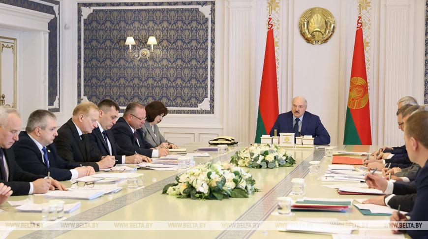 Лукашенко требует навести полный порядок на селе