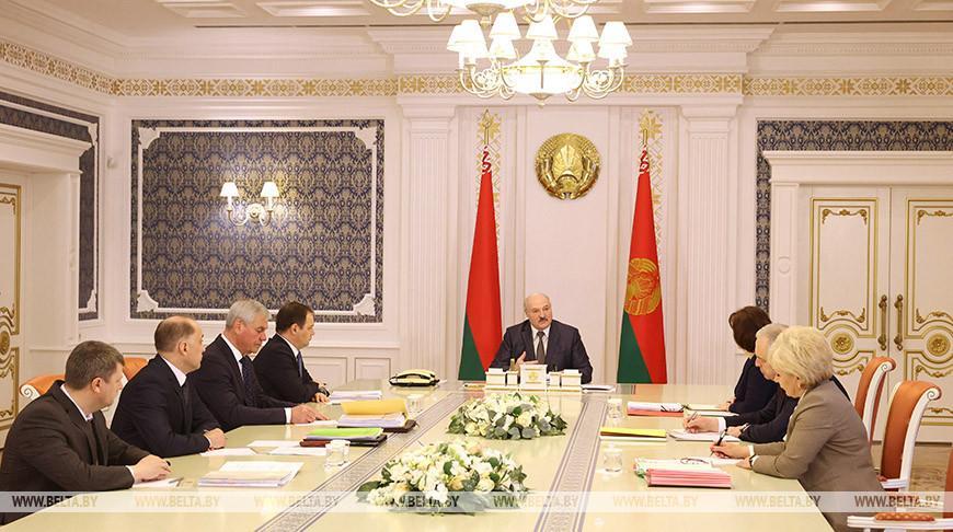 «Нам нужны действительно государственные люди» — у Лукашенко вновь обсуждают законодательство о госслужбе