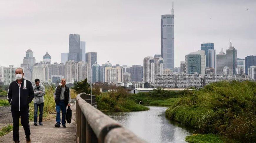 Видео. 300-метровый небоскреб в Китае внезапно накренился