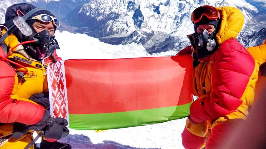Государственный флаг Беларуси и копия Знамени Победы подняты на Эверест