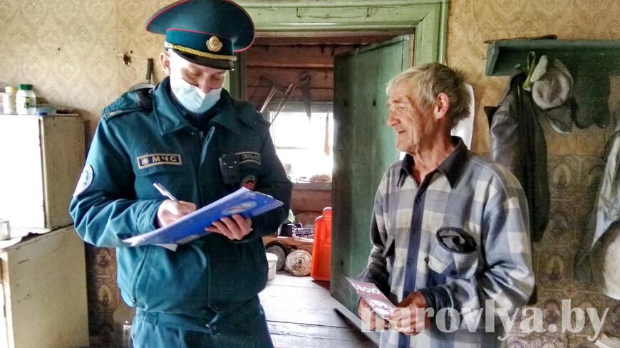 Наровлянские спасатели провели рейд по домам социально уязвимых граждан