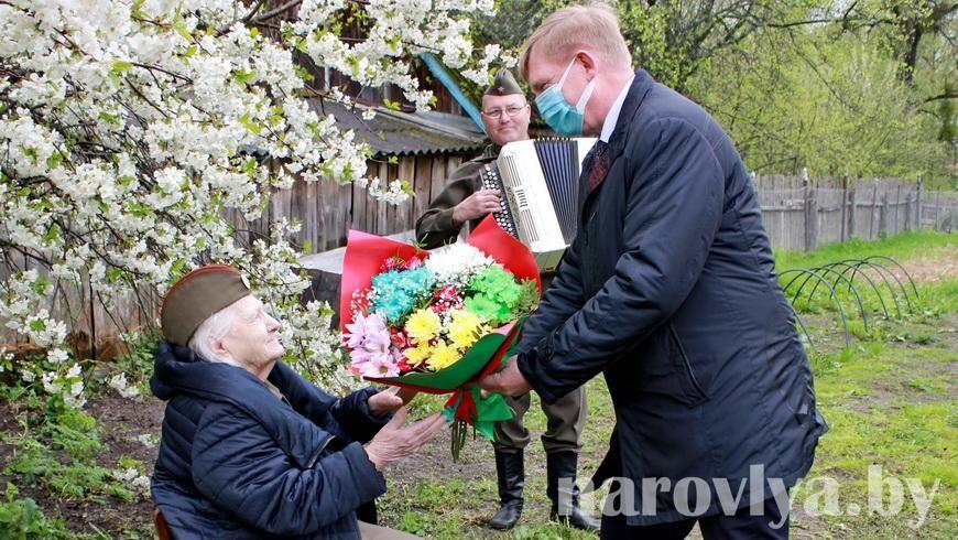 В канун Дня Победы поздравили ветерана Евгению Ефремовну Артамонову