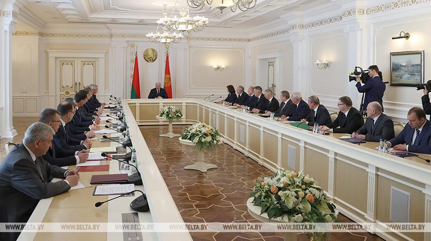 Лукашенко собрал совещание по вопросам сотрудничества с Россией