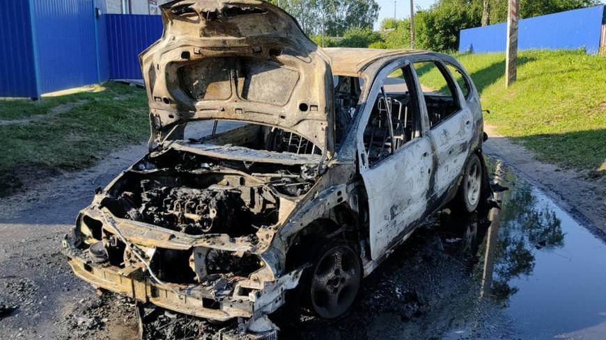 От огня полностью уничтожен автомобиль