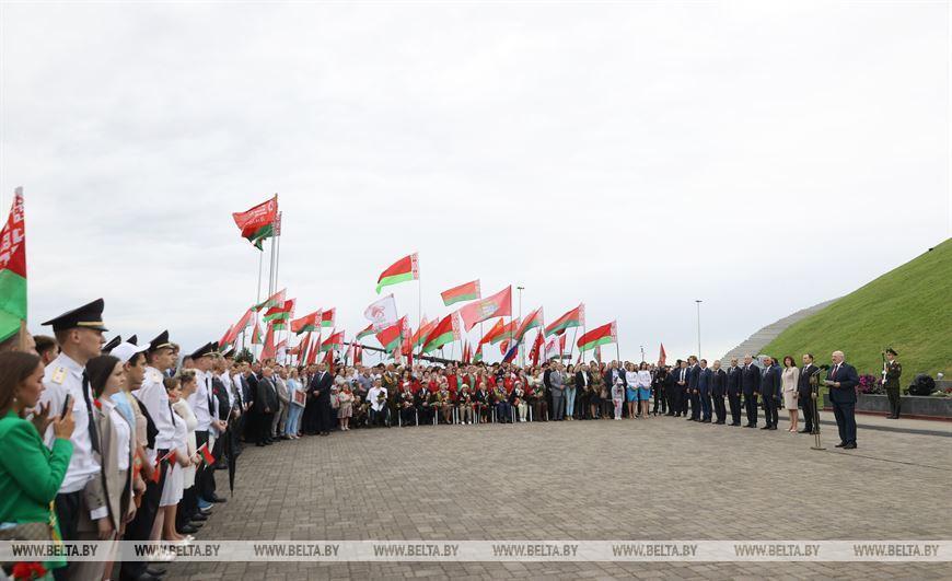 О сакральных символах, задачах молодежи, флаге с Эвереста и новом учебнике — выступление Лукашенко у Кургана Славы