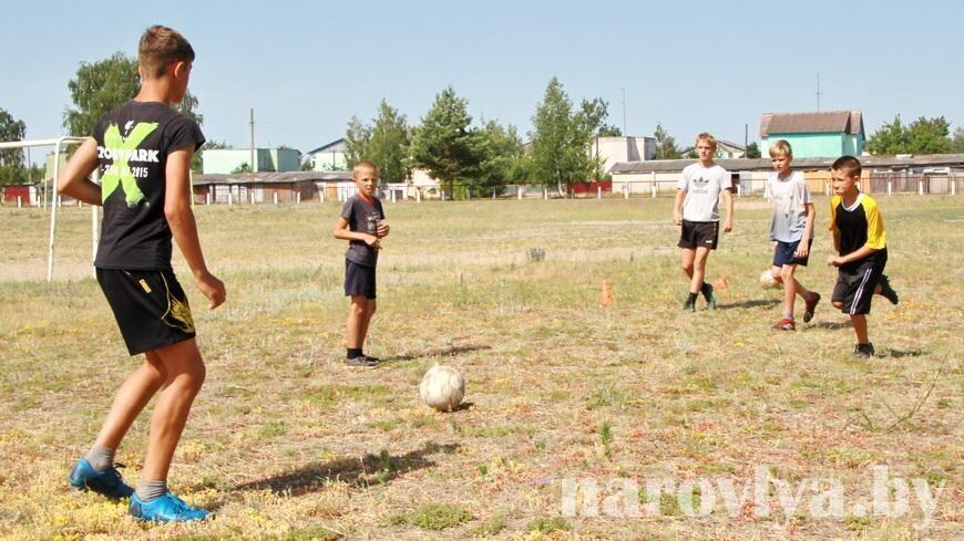 Как юные футболисты Наровлянщины готовятся к областным соревнованиям «Кожаный мяч»