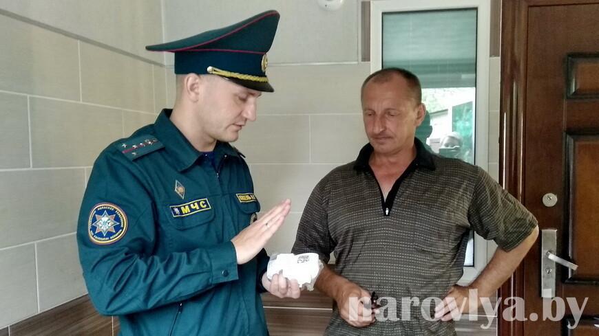 Наровлянские спасатели с работниками ТЦСОН установили АПИ семьям, воспитывающим детей
