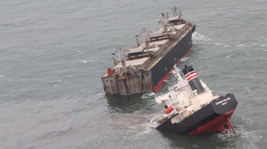 Корабль из Панамы сел на мель у берегов Японии и разломился надвое