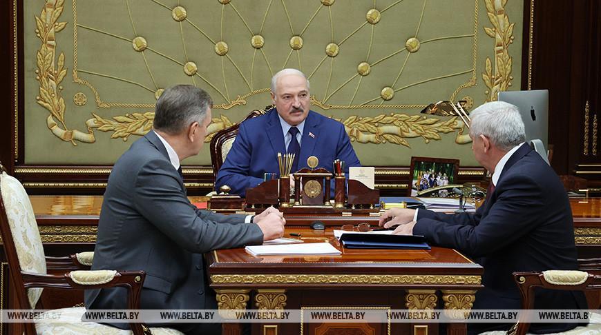 Экспорт, финансы, противодействие санкциям и развитие микроэлектроники. Лукашенко принял с докладом руководство Минпрома