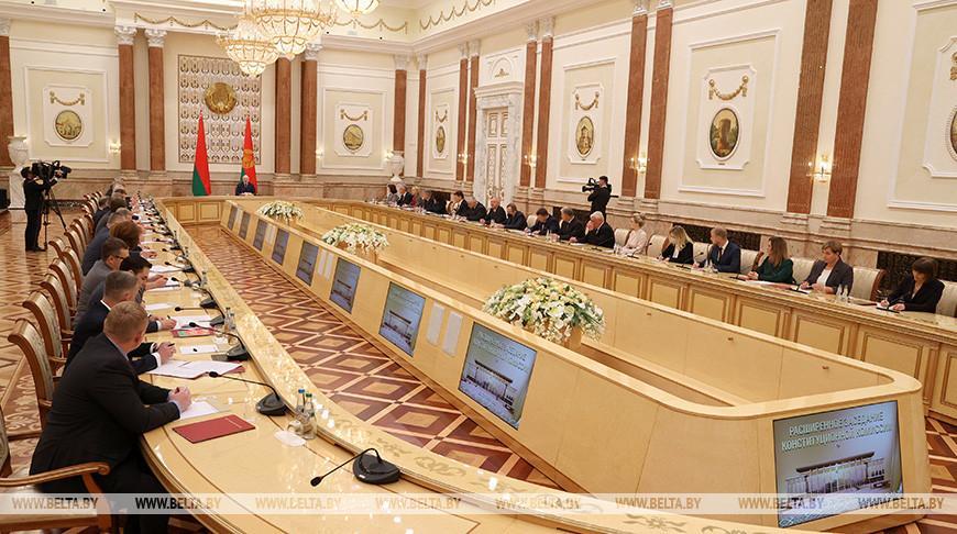 Итоги работы и спорные вопросы — Лукашенко встретился с членами Конституционной комиссии