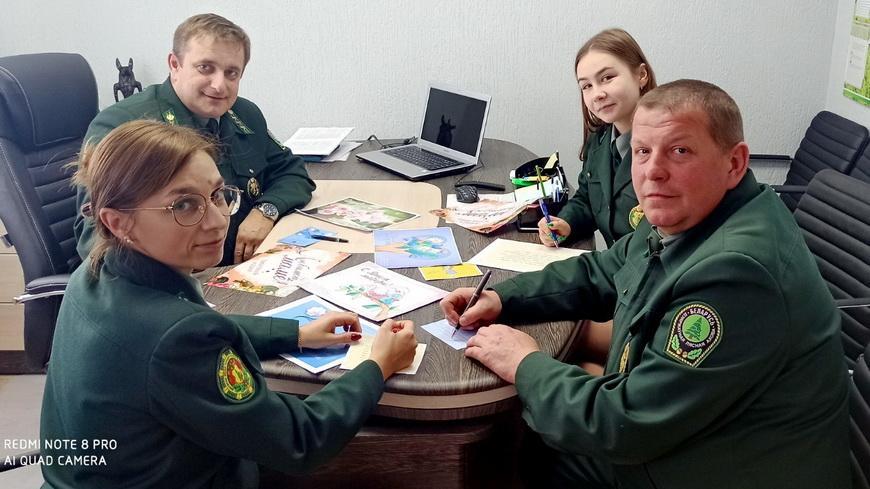 Работники Наровлянского спецлесхоза поздравляют матерей